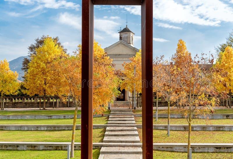 Parc d'automne de Luino avec le sanctuaire antique de vue de Madonna de carmin, Italie photo stock