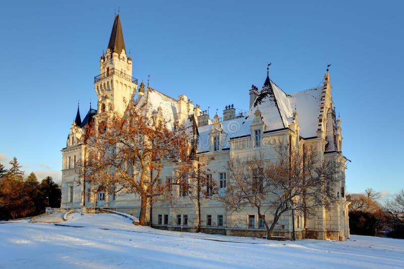 Parc d'hiver avec le château en Slovaquie image stock