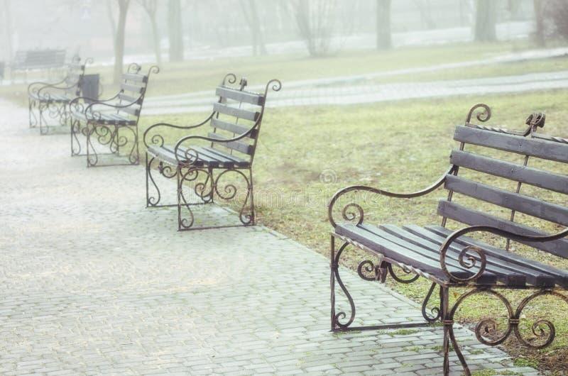 Parc de bancs au printemps haut ?troit de photo photographie stock