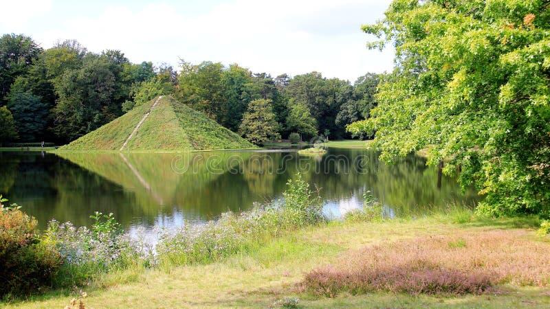 Parc de Branitz et réflexion d'île de pyramide en été image libre de droits