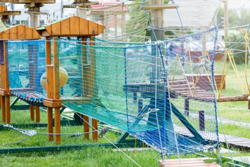 Parc de corde d'aventure avec des cordes, ?chelles en bois, filets Style de vie actif image libre de droits