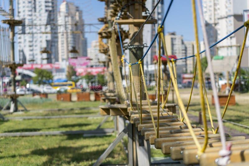 parc de corde de jouet pour les jeux de plein air des enfants Rope le parc d'aventure dans un paysage scénique de ciel bleu de fo image stock