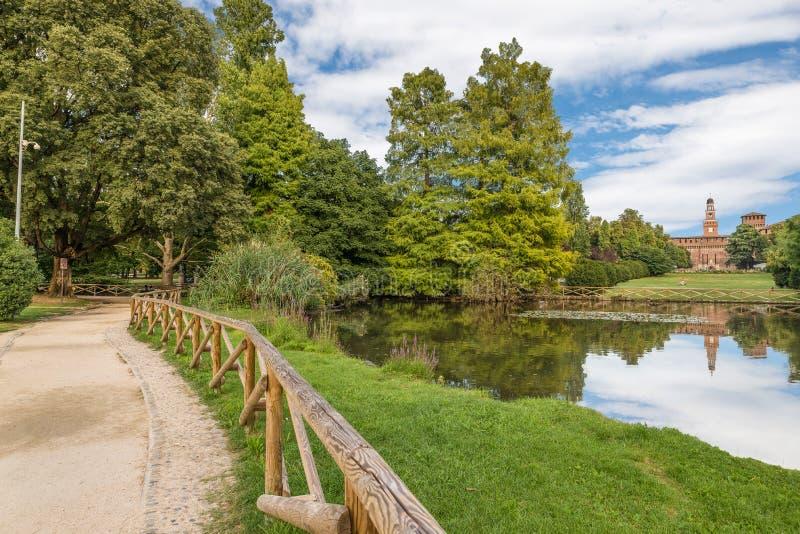Parc de grande ville à Milan, Italie Parc de Sempione et château de Sforzesco photos stock