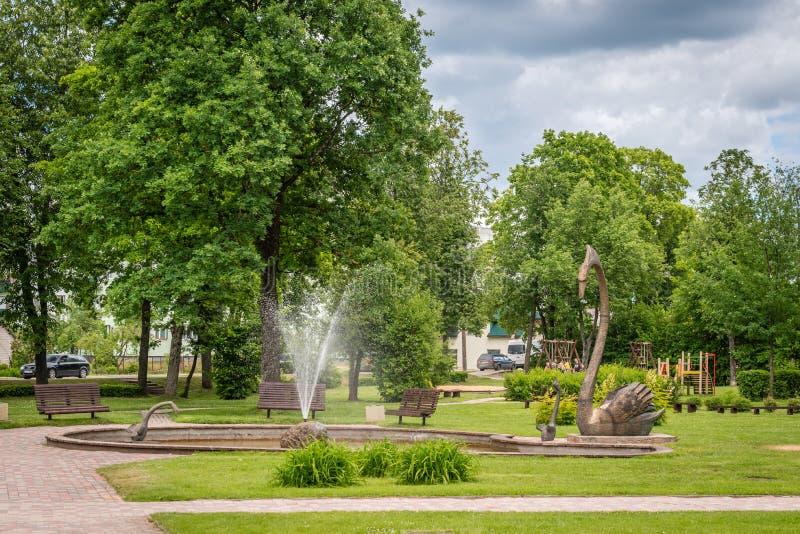 Parc de Jaunatnes avec des sculptures en cygne dans Gulbene, Lettonie photo stock
