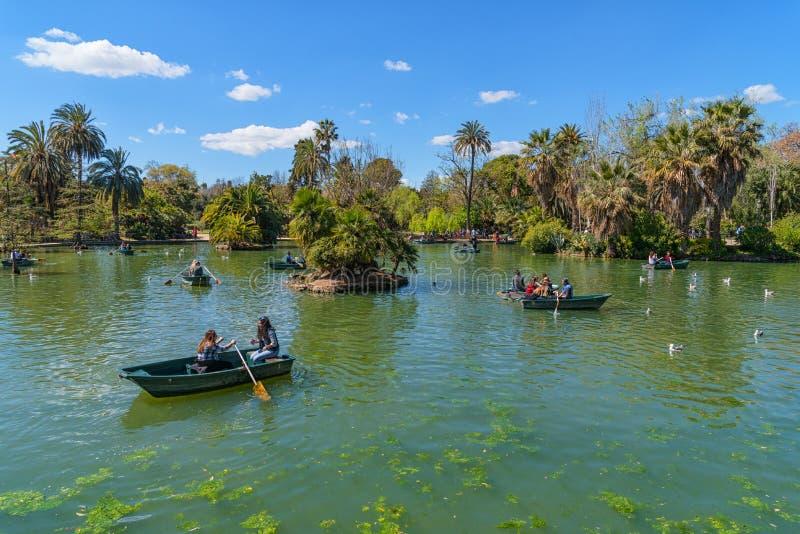 Parc de la Ciutadella在巴塞罗那,人划艇在湖 免版税库存图片