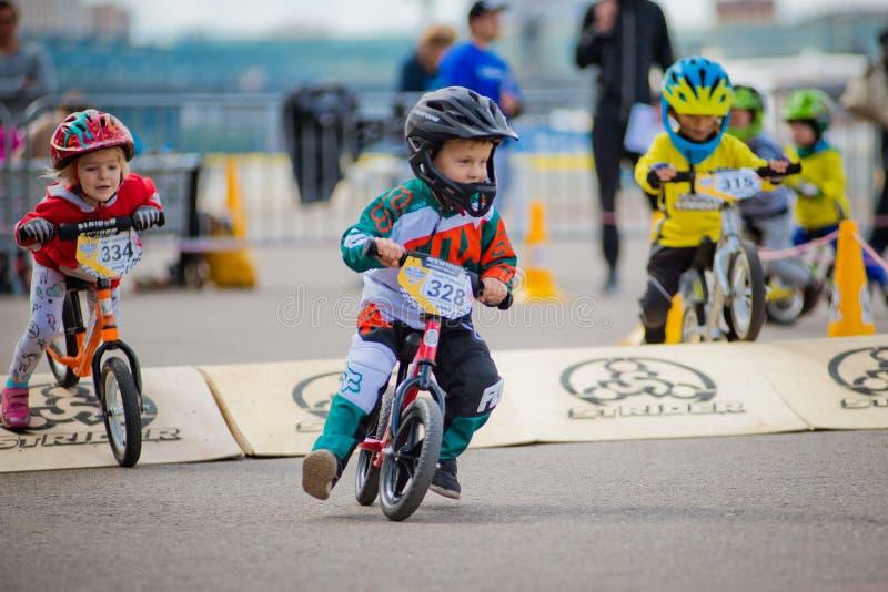 Parc de la Russie, Moscou, Gorki, le 9 septembre 2017 Tour de vélo du ` s d'enfants Les enfants de 2 ans à 7 dans les casques con image stock