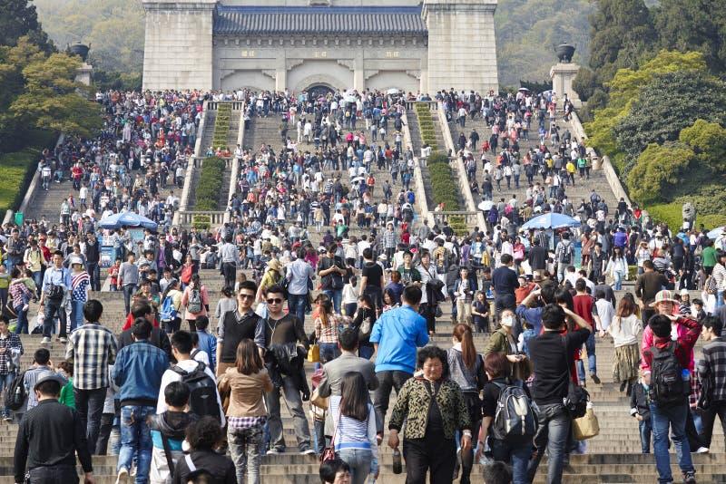 Parc de Nanjing Zhongshanling avec les visiteurs serrés images stock