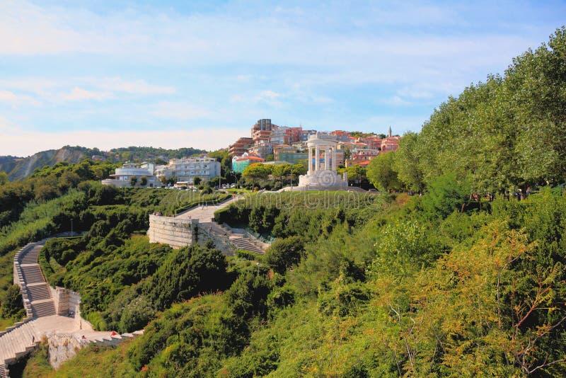 Parc de Passetto avec le monument tombé Ancona, Italie image libre de droits