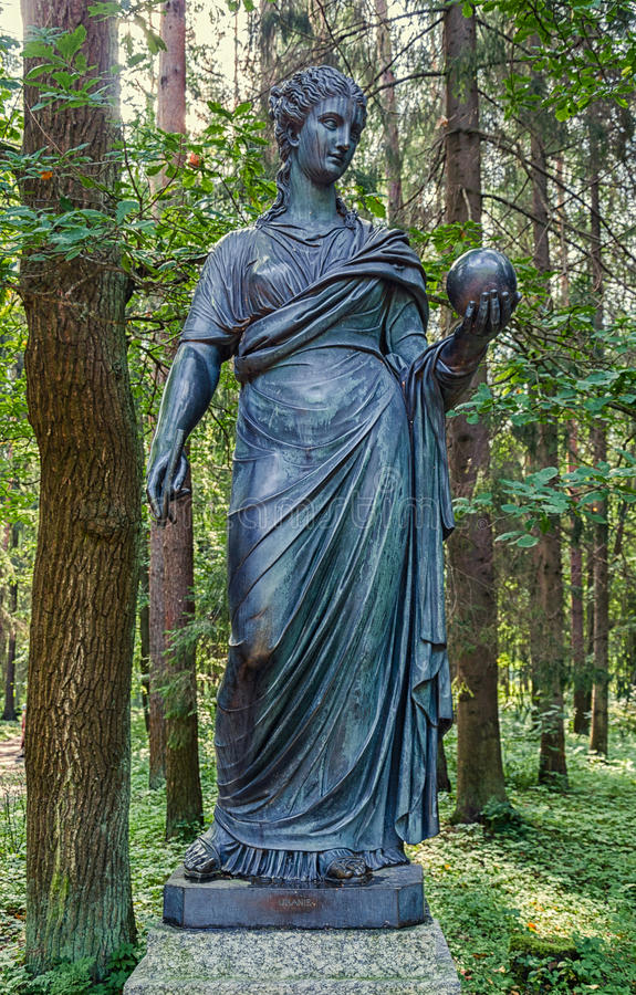 Parc de Pavlovsk Vieux Sylvia et x28 ; Douze paths& x29 ; statues urania photographie stock
