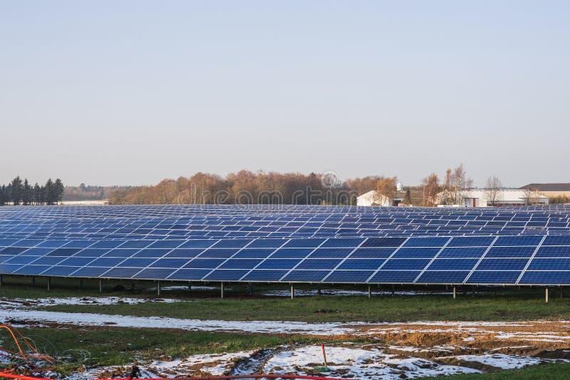 Parc de pile solaire pendant l'hiver photo stock