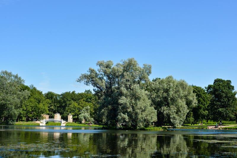 Parc de Royal Palace vers le lac photos stock