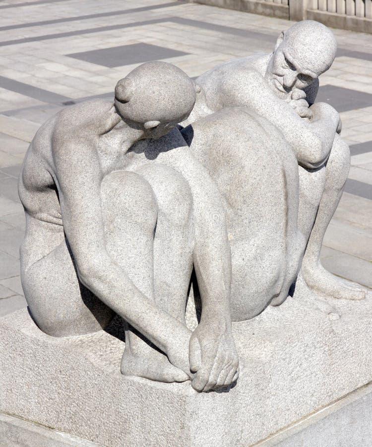 Parc de Vigeland, Oslo, la Norvège, homme plus âgé et femmes maintenant le contact visuel photographie stock libre de droits