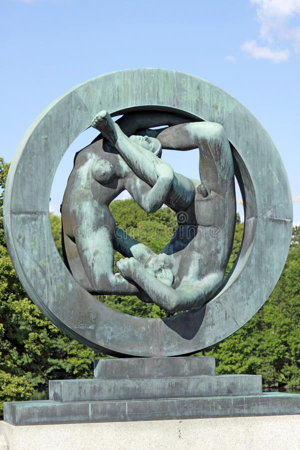 Parc de Vigeland, Oslo, Norvège, couple dans le cercle photos stock