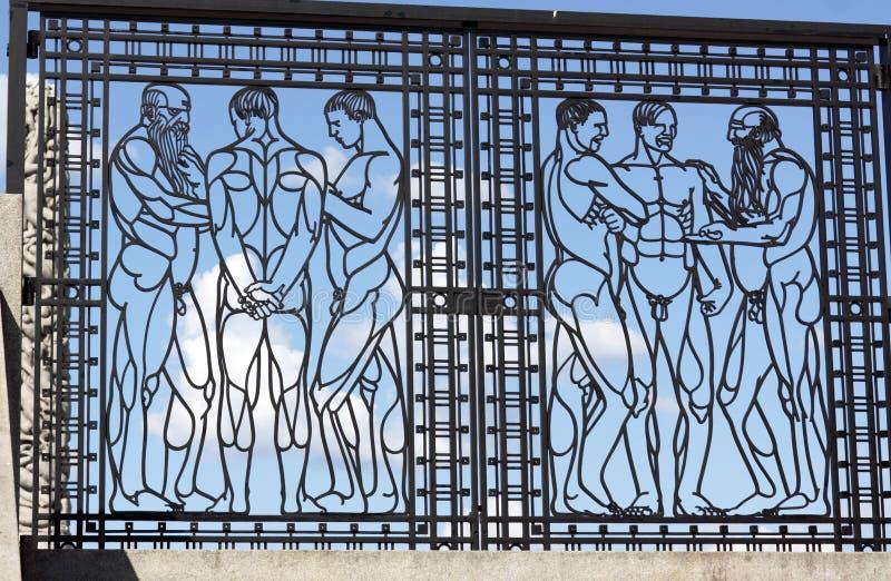 Parc de Vigeland, Oslo, Norvège, porte de fer avec les hommes parlants image libre de droits