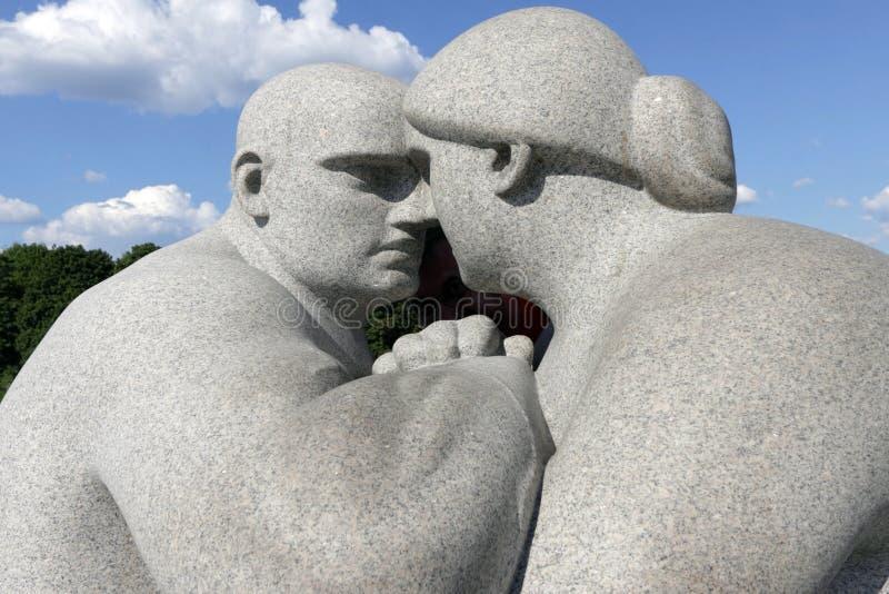 Parc de Vigeland, Oslo, Norvège, un contact visuel de maintien de couples photo libre de droits