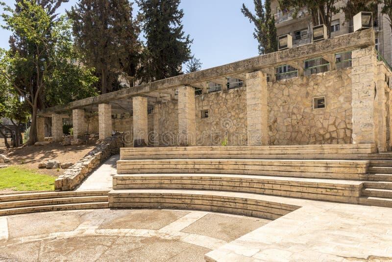 Parc de ville avec les rues et les maisons antiques de ruines à Jérusalem image stock