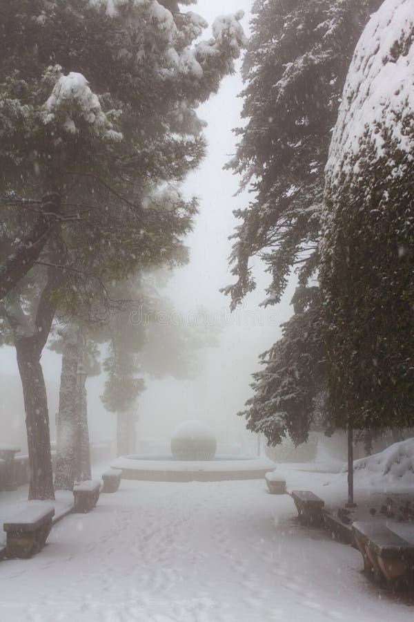 Parc de ville dans une tempête de neige images libres de droits