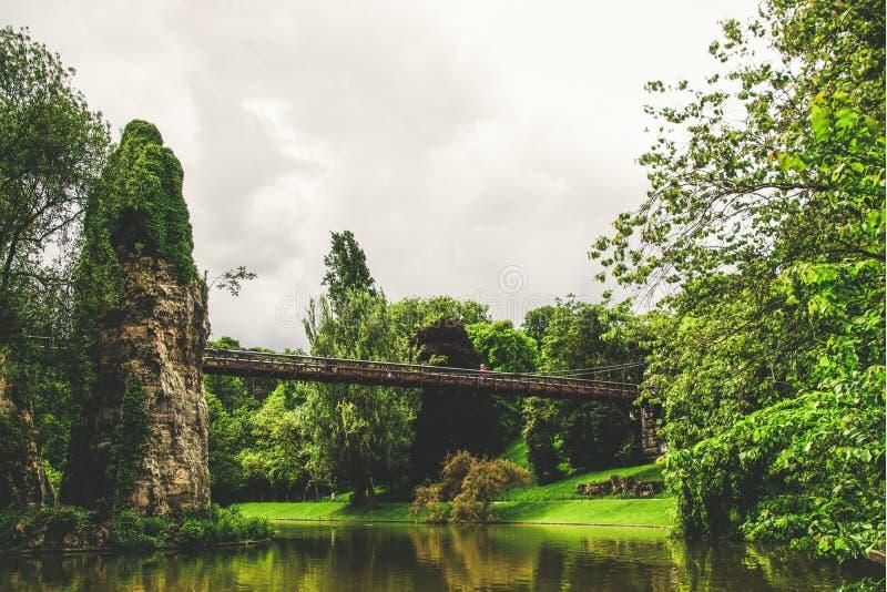 Parc des Buttes Chaumont i Paris, Frankrike royaltyfria foton