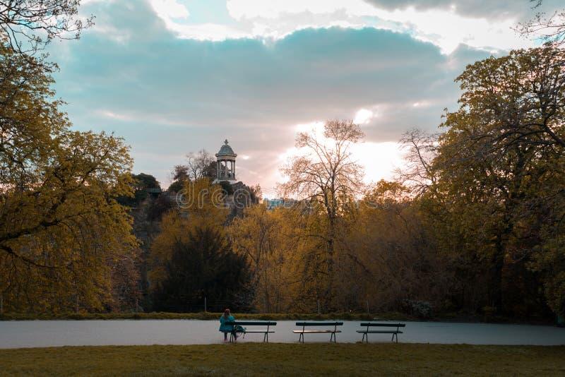 Parc des Buttes Chaumont i vår arkivfoto