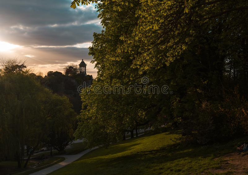 Parc des Buttes Chaumont i vår arkivbild