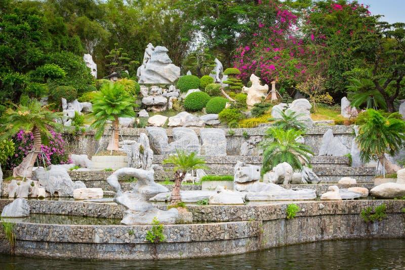 Parc en pierre avec des arbres photos stock