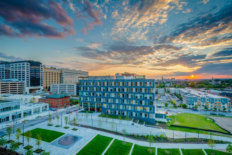 Parc et hôpital désireux de Johns Hopkins au coucher du soleil, à Baltimore, le Maryland photos stock