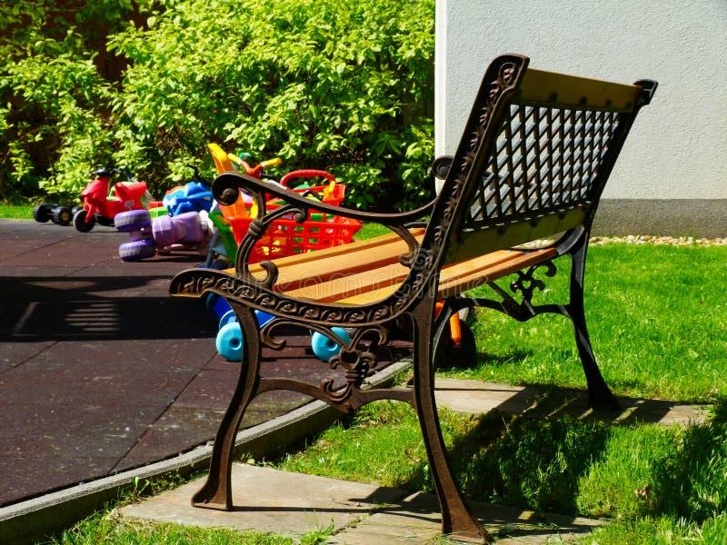 Parc et terrain de jeu résidentiels colorés de maison de ville à la lumière du soleil lumineuse au printemps photo stock