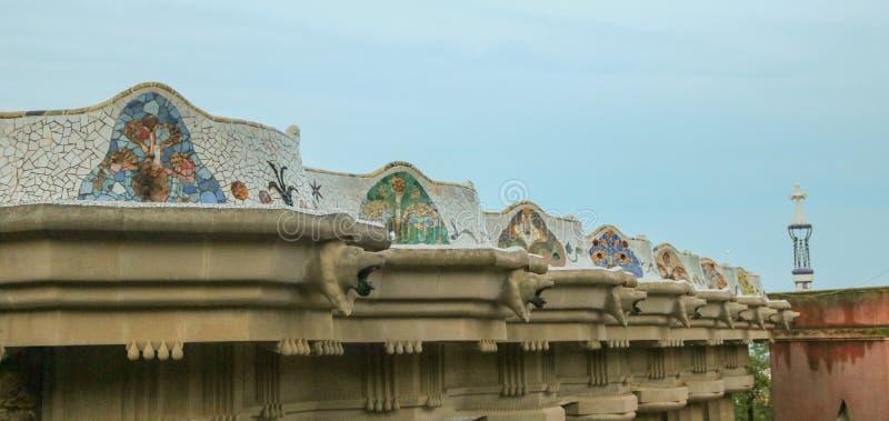 Parc Guell Trabajo de mosaico del ` s de Gaudà sobre la terraza principal Lanzamiento por la tarde en junio de 2018 fotografía de archivo