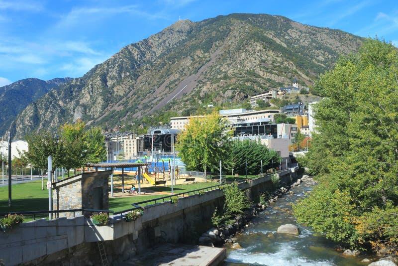 Parc Infantil Prat Del Roure und das Gran Valira in Andorra-La Vella, Fürstentum von Andorra lizenzfreie stockfotografie