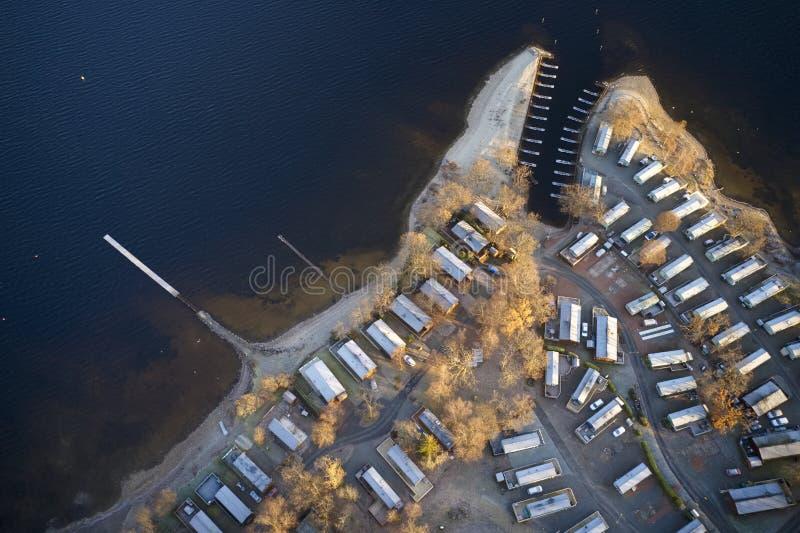 Parc insulaire sur le site de Caravan au bord du lac Vue aérienne fermée pendant la saison hivernale au Loch Lomond Scotland UK photographie stock