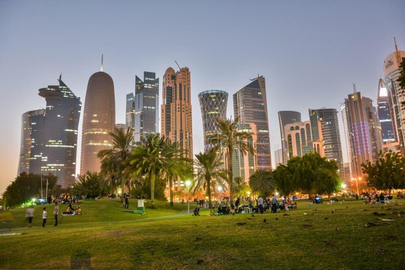 Parc le long de bord de mer de Corniche dans Doha, Qatar photos stock
