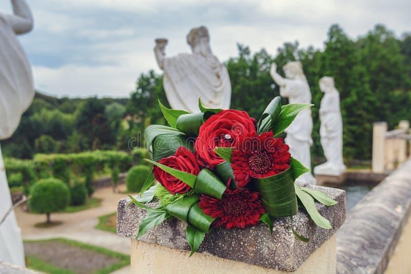 Parc Mondo Verde, η ξεχασμένη γαμήλια ανθοδέσμη στο πάρκο με στο τέλος το πίσω μέρος τέσσερα ρωμαϊκά καταστατικά στοκ εικόνα