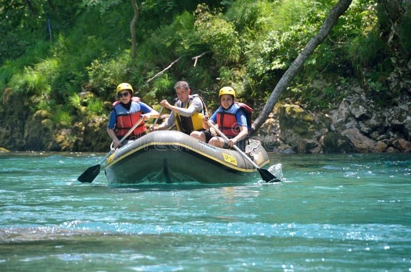 Parc national de Durmitor, Monténégro, juin, 15, 2015 Scène de Monténégro : Les gens transportant par radeau sur la rivière Tara photo stock