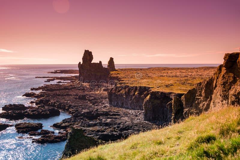 Parc national de Snaefellsjoekull, Londrangar, Hellnar, coucher du soleil et paysage coloré et sauvage islandais sur l'Islande photographie stock