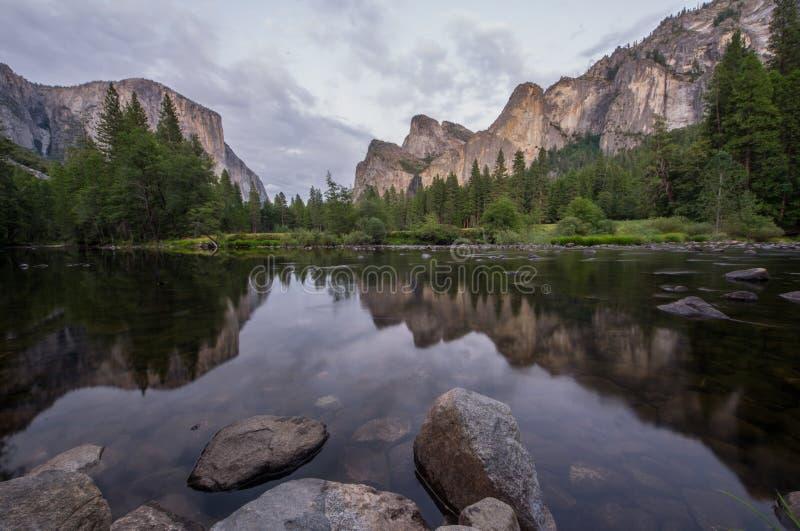 Parc national de Yosemite et la rivière de Merced - la Californie Etats-Unis images libres de droits