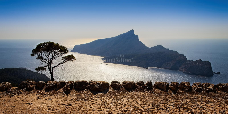 Parc naturel de SA Dragonera, journée, monastère de Trapa de SA, vue de la mer Méditerranée, arbres, nature d'usines dans le prem photographie stock