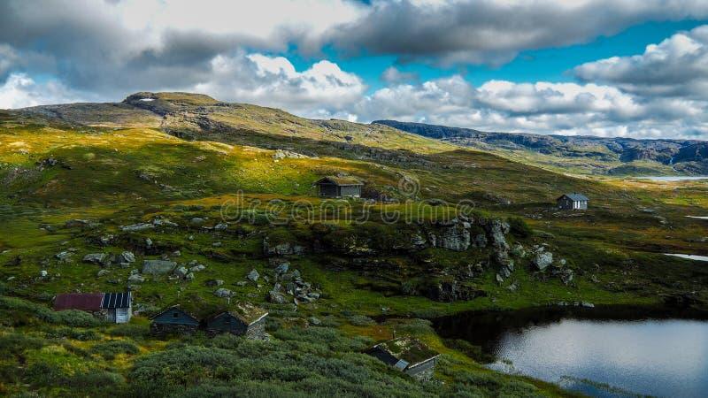 Parc naturel norvégien Hardangervidda avec de petits lacs et cabines photos stock