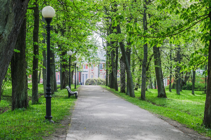 Parc pittoresque de Kadriorg de temps d'allée au printemps, Tallinn, Estonie photos stock