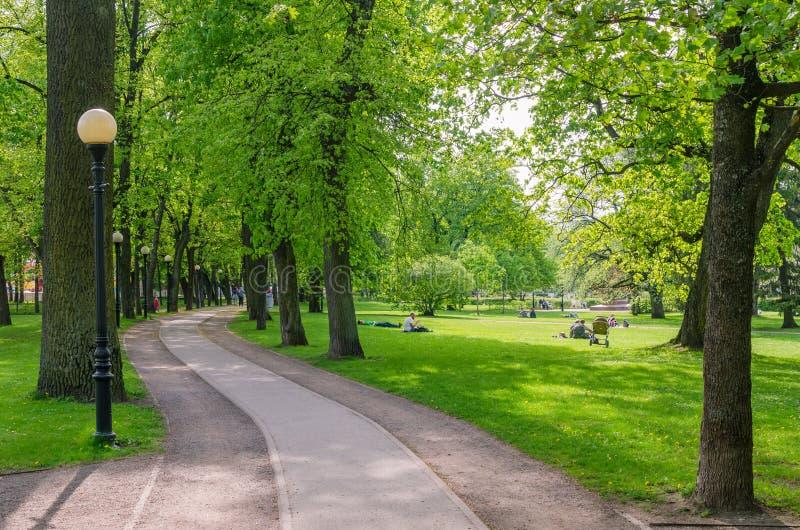 Parc pittoresque de Kadriorg de temps d'allée au printemps, Tallinn, Estonie photographie stock libre de droits