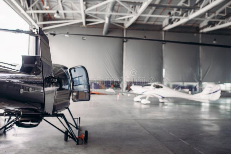 Parc privé d'air de ligne aérienne dans le hangar d'aéroport images stock