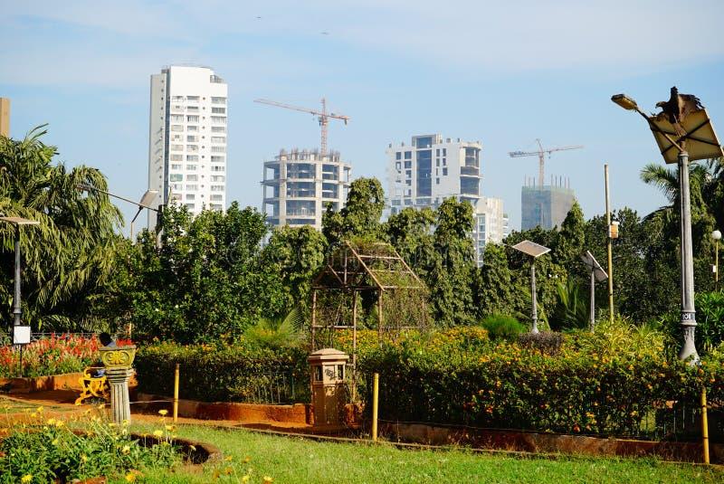 Parc proche en construction de bâtiments résidentiels photos stock