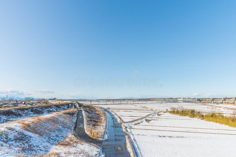Parc public avec la neige blanche photos libres de droits