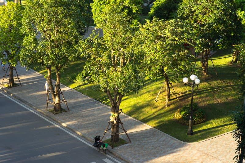 Parc public et paysage urbain pendant le lever de soleil avec la lumière du soleil brillante à Hanoï photo stock