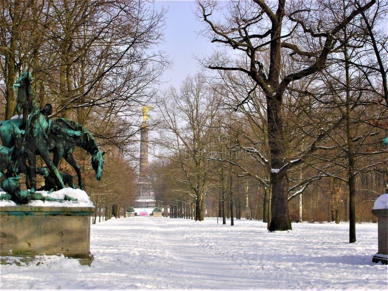 Parc, sculpture, arbres nus, neige, hiver et ciel photo stock