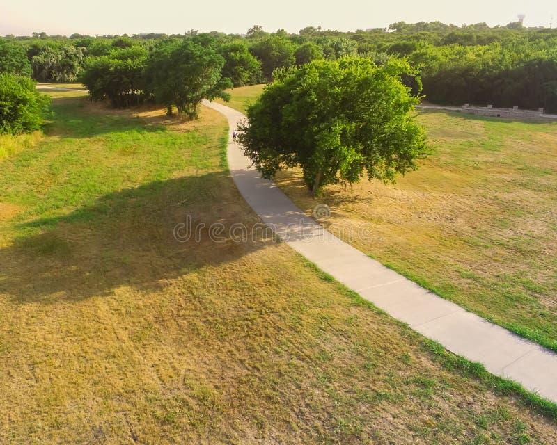 Parc urbain de vue aérienne avec la voie pavée dans le Texas, Etats-Unis photo libre de droits