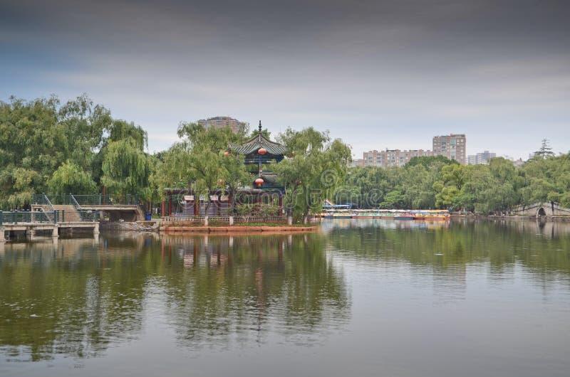 Parc vert de lac à Kunming, Chine photographie stock libre de droits