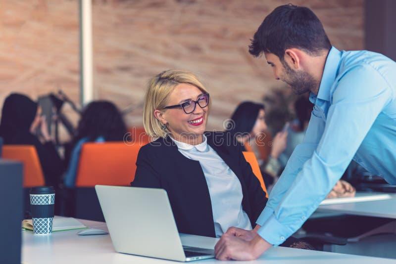 Parceiros comerciais felizes trabalhando em laptop Trabalho em equipe, conceitos de cooperação imagem de stock royalty free