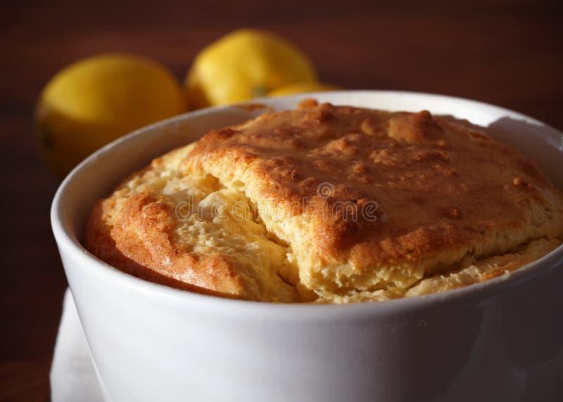 Parcela cozida do soufflé do queijo em um ramekin fotografia de stock royalty free