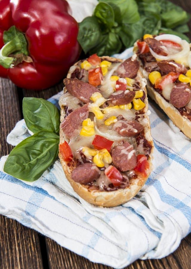 Parcela de Baguette da pizza do salame imagens de stock royalty free
