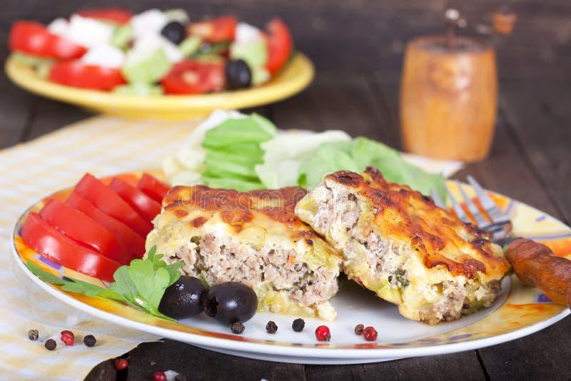 Parcela de moussaka grego delicioso fotografia de stock